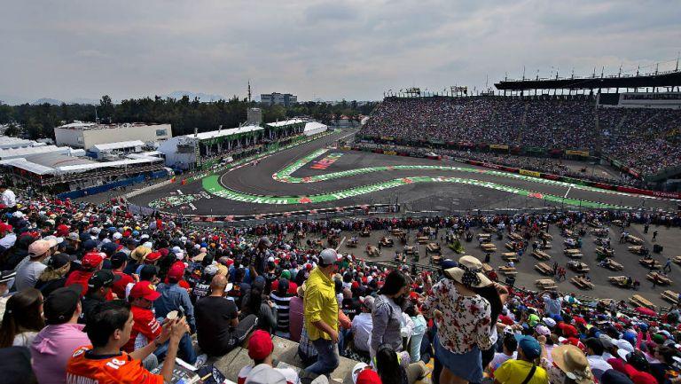 Gente observa el Gran Premio de México