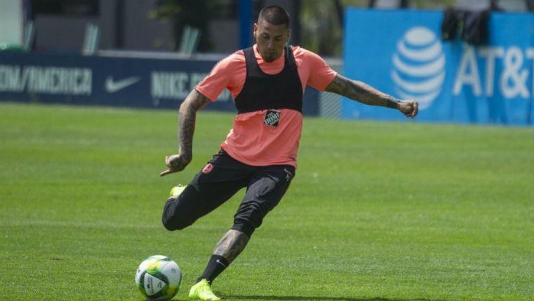 Nicolás Castillo golpea el balón en una práctica con América