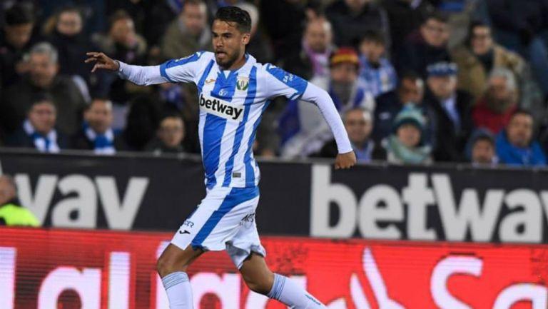 Reyes conduce a máxima velocidad un balón en partido del Leganés