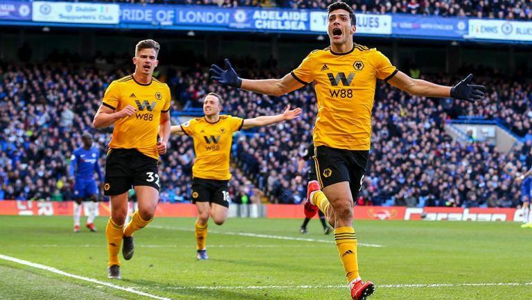 Raúl Jiménez celebra su gol con Stamford Bridge