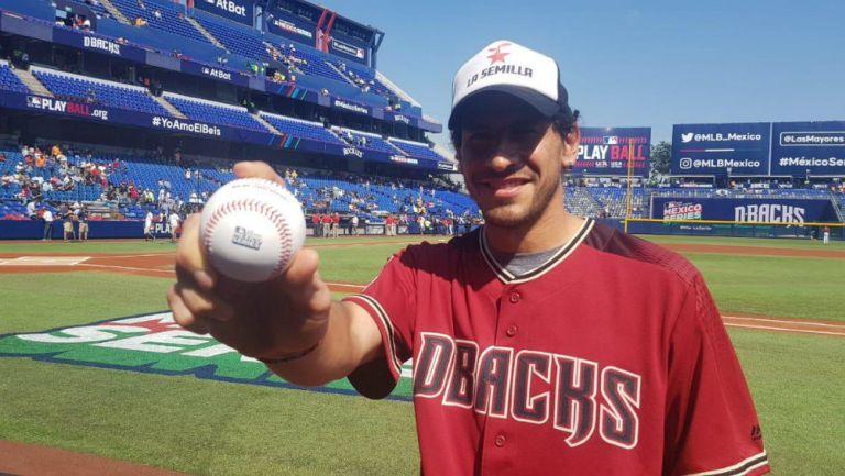 Nahuel Guzmán posa con una bola de béisbol