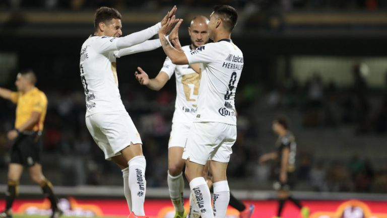 Jugadores de Pumas festejan un gol a Dorados