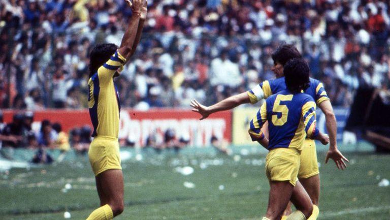 Jugadores de América festejan un gol en la Final contra Chivas