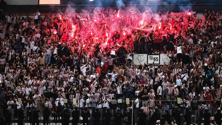 La afición de Chivas sacó bengalas durante el partido