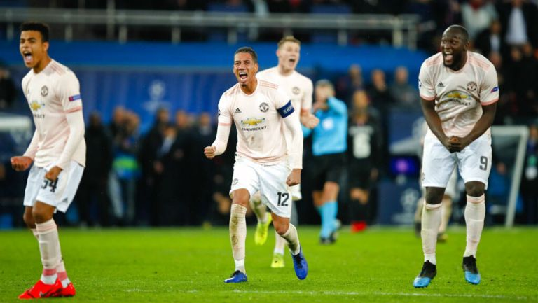 Jugadores del Manchester United celebran victoria en Champions