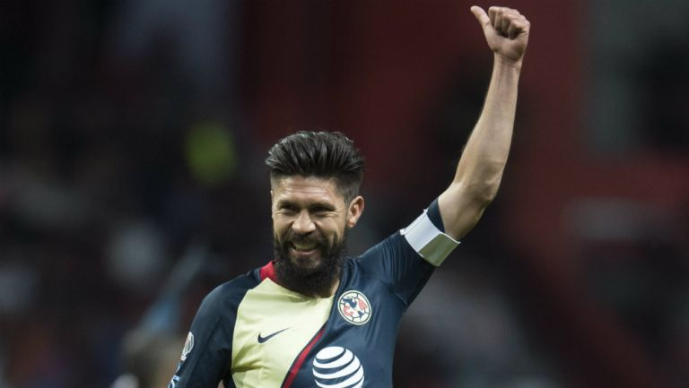 Oribe Peralta festeja en un partido de América