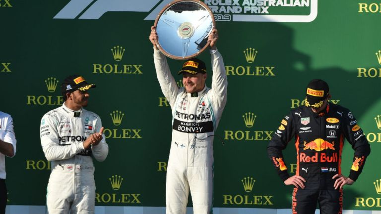 Hamilton aplaude a Bottas tras triunfo en el GP de Australia