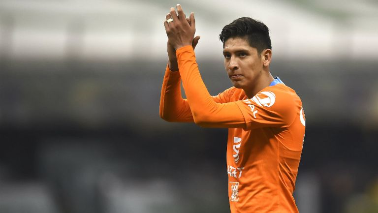 Edson Álvarez durante un partido contra Tigres