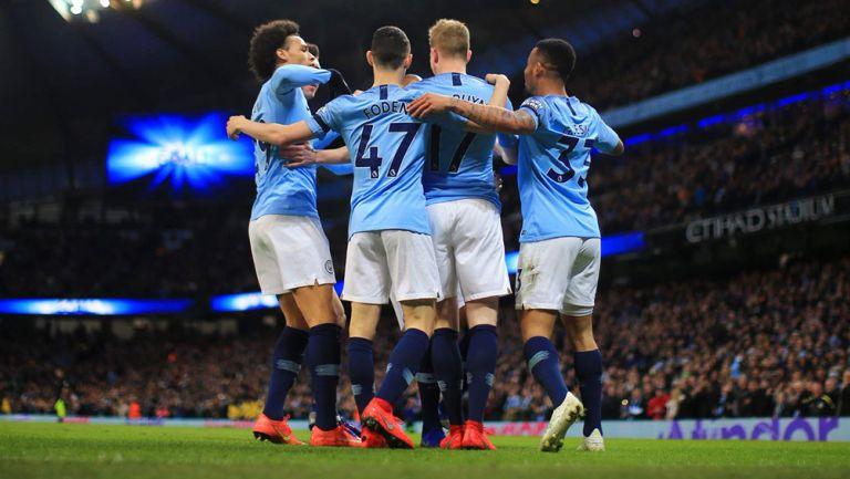 Jugadores del Manchester City se abrazan