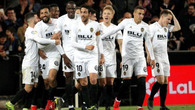 Valencia celebra una anotación frente al Real Madrid
