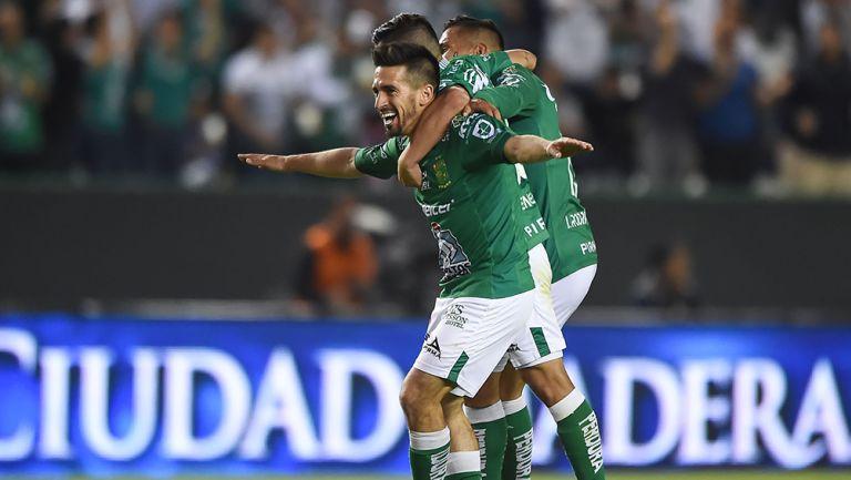Fernando Navarro celebra gol con León