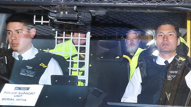 Julian Assange es llevado en custodia