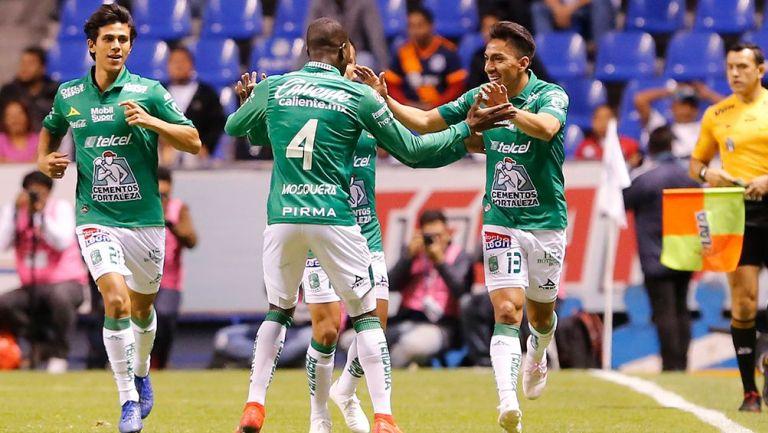 Ángel Mena festeja uno de los goles con sus compañeros de León