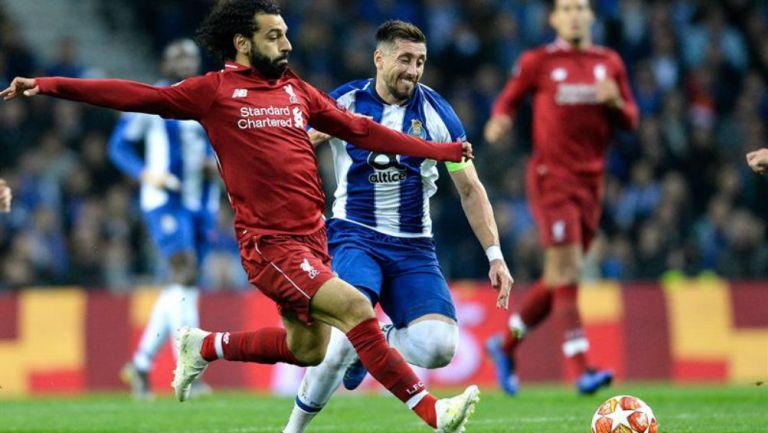 Herrera lucha por el esférico con Mohamed Salah