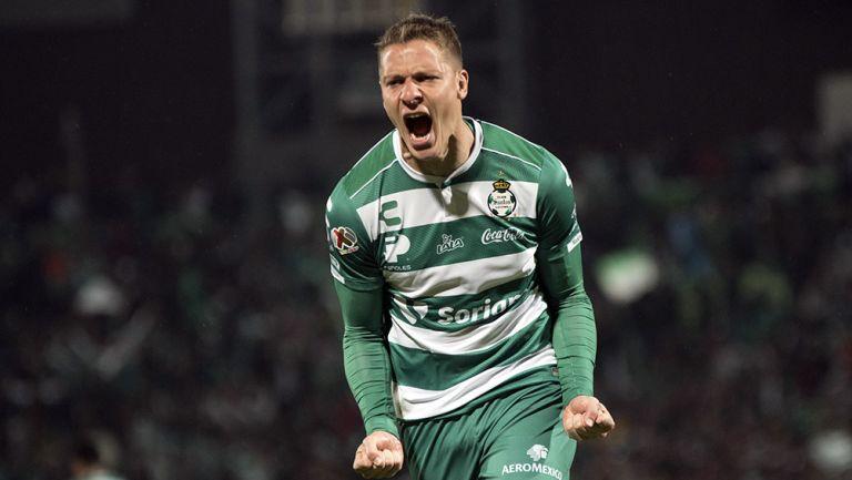 Julio Furch celebra un gol con Santos Laguna