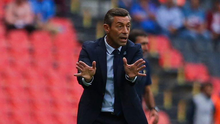 Pedro Caixinha da indicaciones en el partido contra Pumas