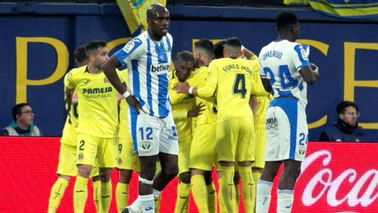 Nyom y Kenneth se lamentan tras recibir un gol del Villarreal