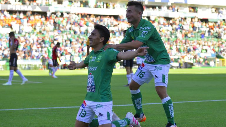 Ángel Mena y Jean Meneses festejan un gol