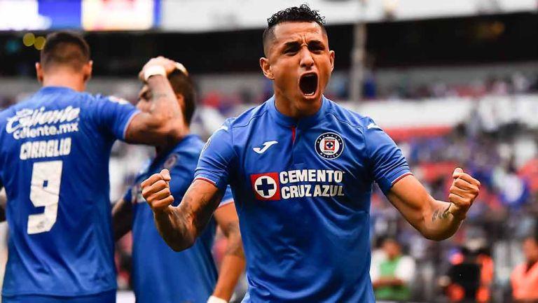 Yoshimar Yotún festeja un gol con Cruz Azul
