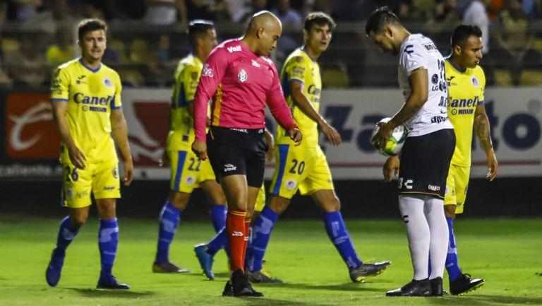 Juan Andrés Esquivel marca tiro libre para Dorados