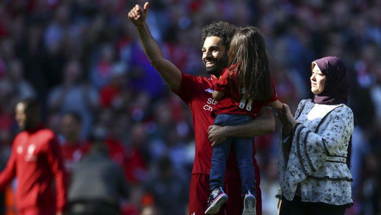 Mohamed Salah y su hija Makka en el Estadio Anfield