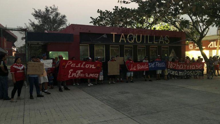 Manifestantes en las afueras del Pirata Fuente