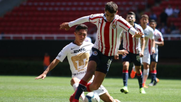 Acciones durante un partido entre Chivas y Pumas de Liga Premier