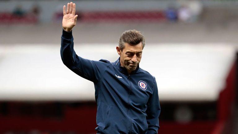Pedro Caixinha saluda a la afición de Cruz Azul