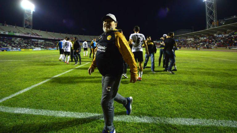 Maradona camina hacia el vestidor tras partido de Dorados