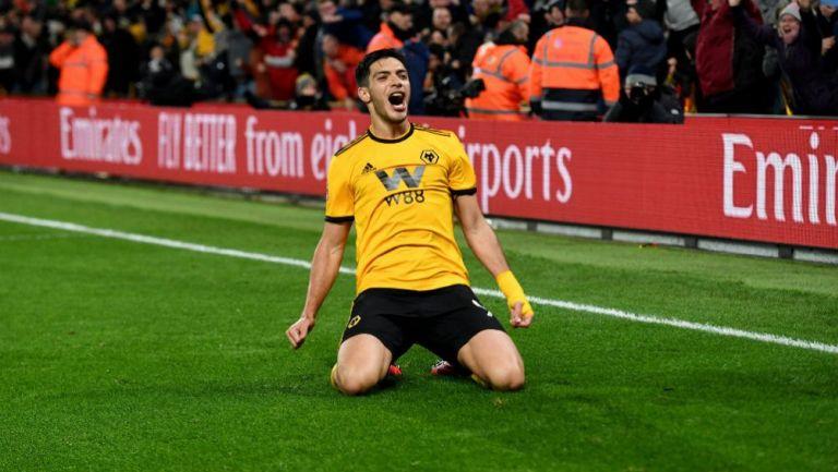 Raúl Jiménez celebra un gol con los Wolves