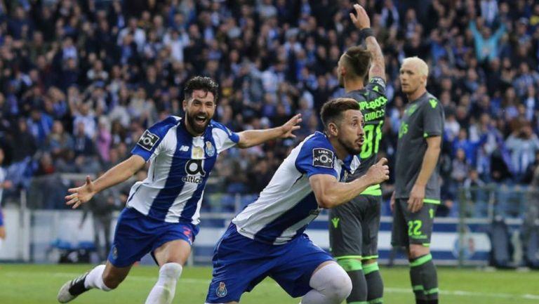 Héctor Herrera festeja un gol con el Porto