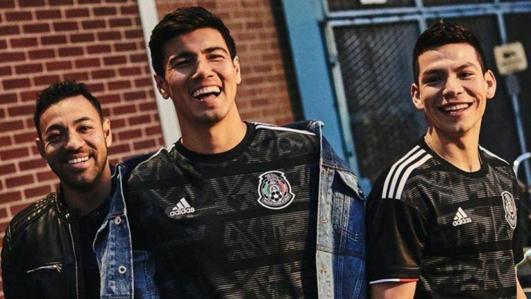 Fabián, Gutiérrez y Lozano posan con la nueva playera del Tri