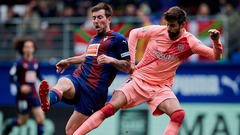 Gerard Piqué disputa el balón en juego del Barcelona