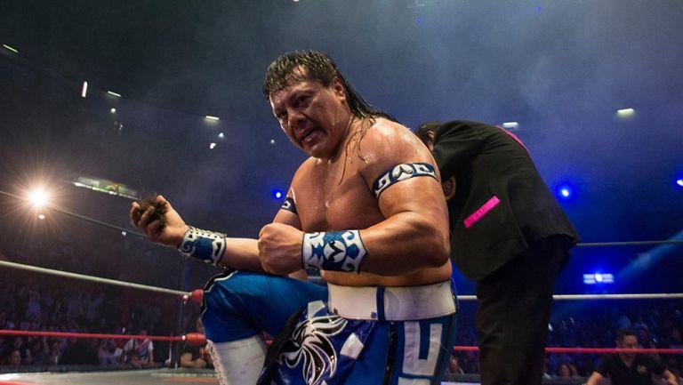 Último Guerrero posa con la cabellera de Máscara Año 2000
