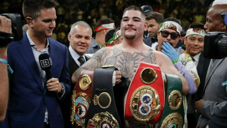 Andy Ruiz posa con los cinturones que ganó