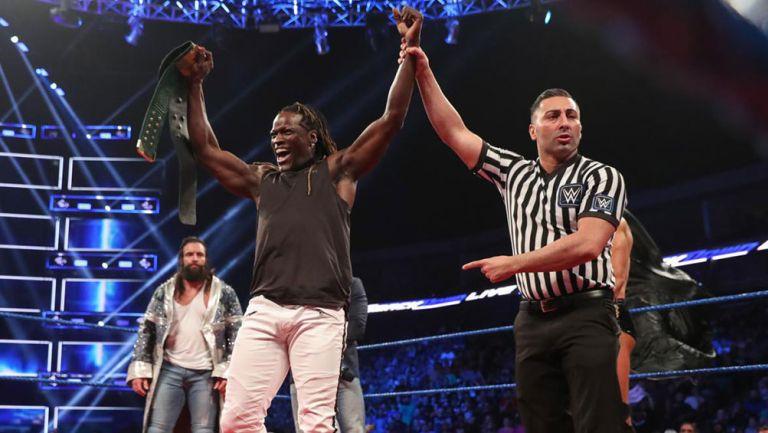 R-Truth festeja con el título 24/7 en SmackDown