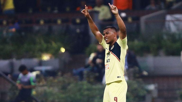 Roger Martínez festeja un gol con América