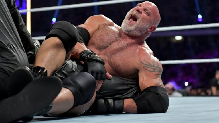 Bill Goldberg le aplica una llave a Undertaker
