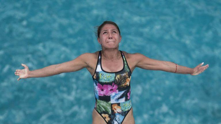 Adriana Jiménez realiza un clavado de altura