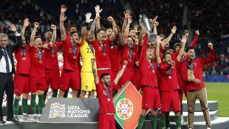 Jugadores de Portugal en festejo por victoria