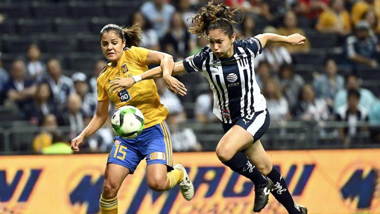 Cristina Ferral y Mónica Monsivais en disputa de un balón