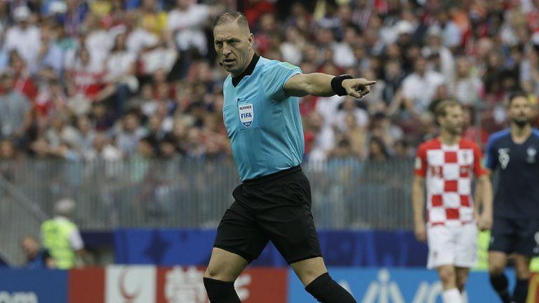 Pitana señala una acción en Final del Mundial de Rusia 2018