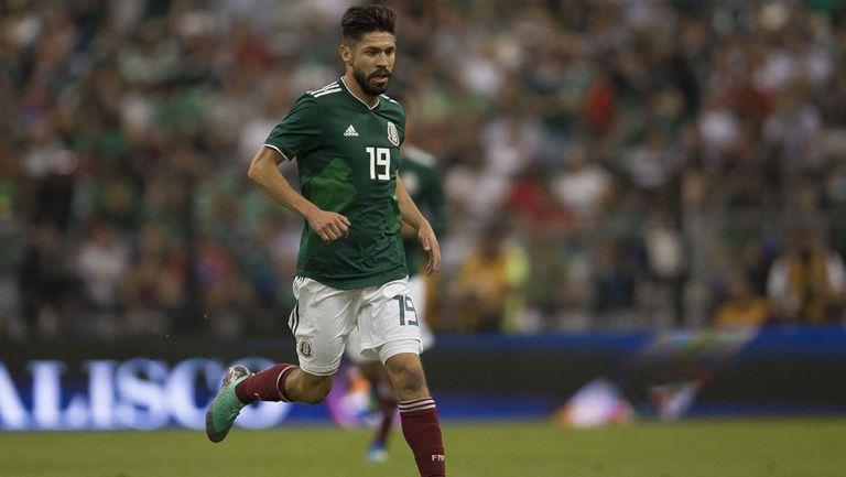 Oribe Peralta conduce balón en juego de México