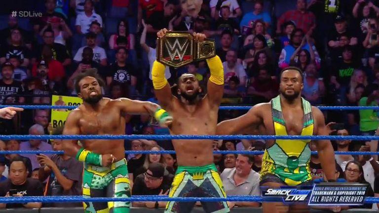 Kofi Kingston y The New Day festejan en el centro del ring