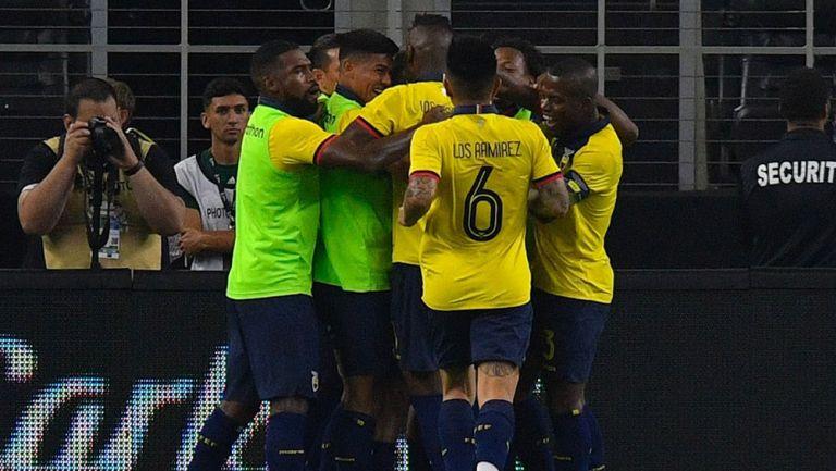 Jugadores de Ecuador celebran gol contra México