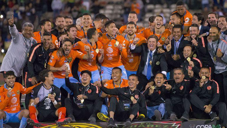Jugadores del América celebran el título de Copa MX