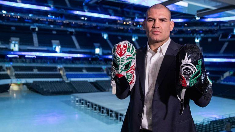 Caín Velásquez posa con dos máscaras