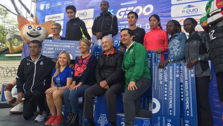 Los ganadores posan tras su triunfo en los 21K