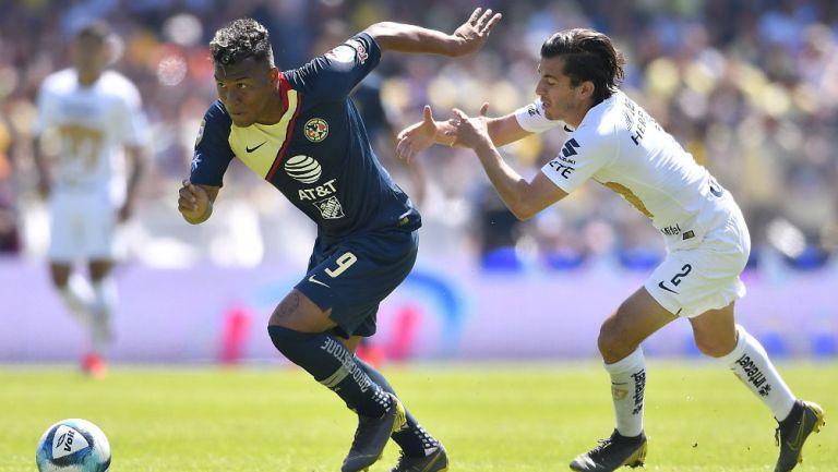Roger Martínez y Alan Mozo en disputa por el balón