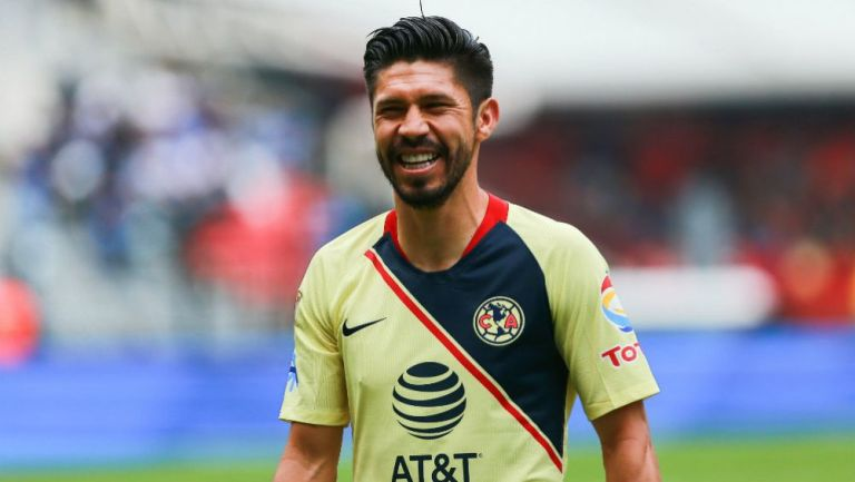 Oribe Peralta sonríe durante un juego con América